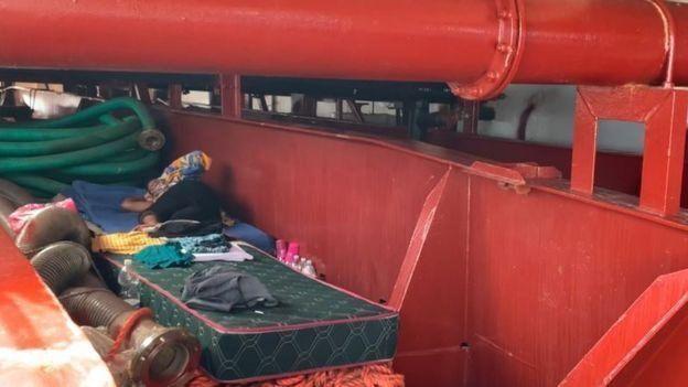 Для мигрантов достали из трюма матрасы и одеяла