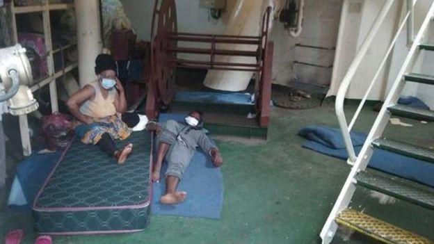 Мигрантов разместили в носовой части корабля, где есть туалет