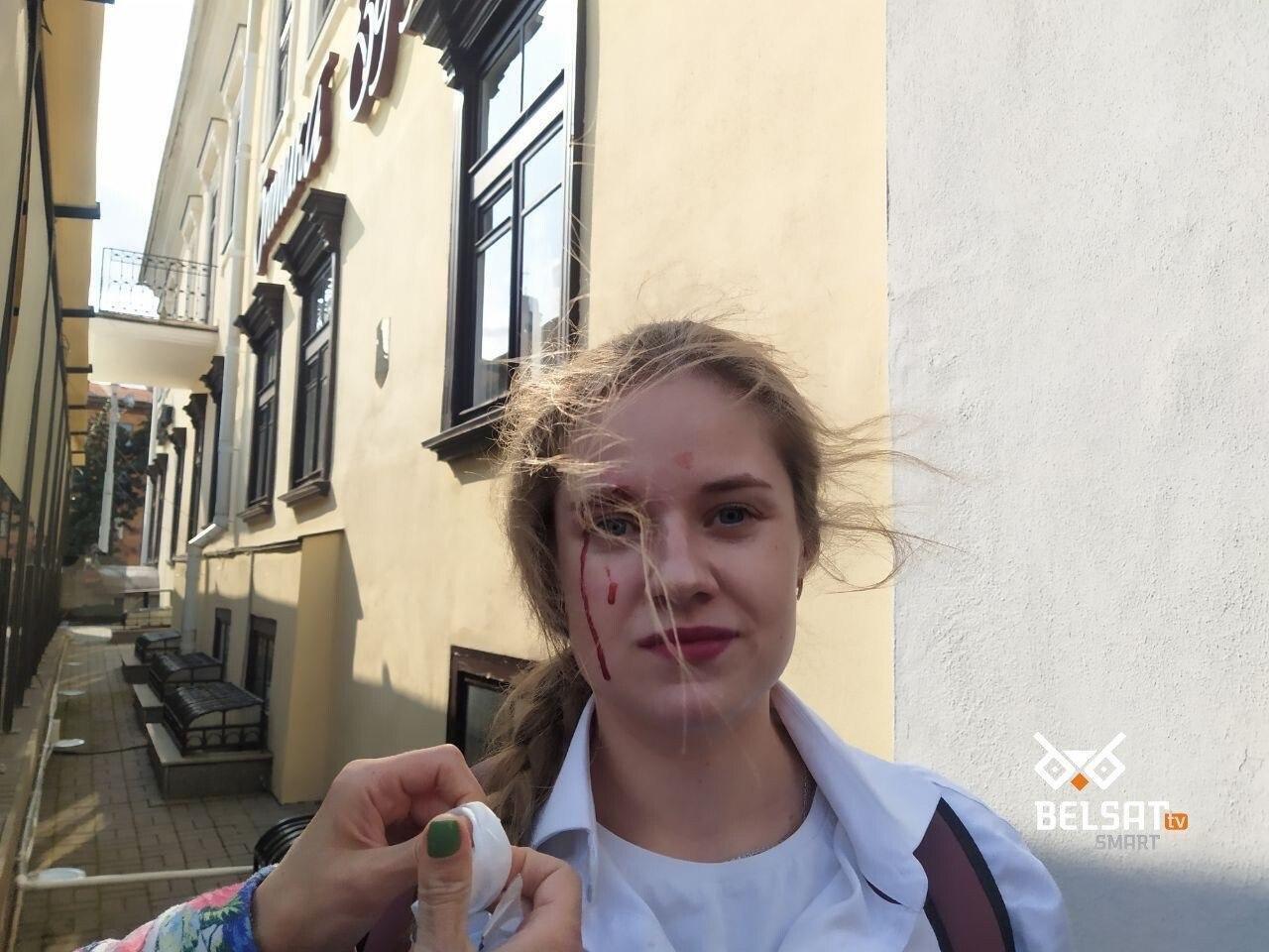 Силовик ударил девушку в лицо
