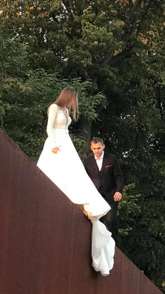 Мережу обурила весільна фотосесія у Львові