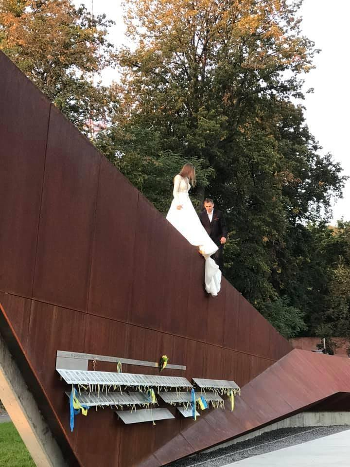 Молодята влаштувала весільну фотосесію на меморіалі Героїв Небесної Сотні