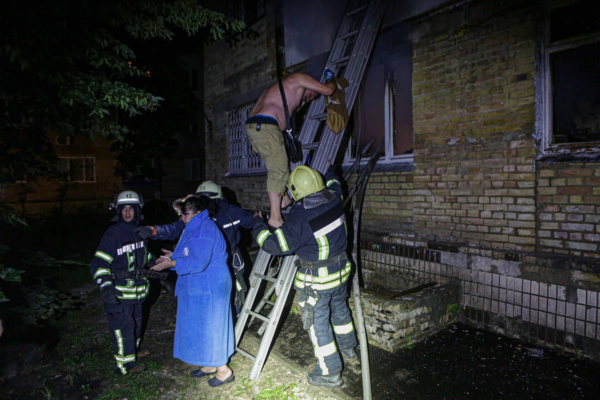 У Києві під час пожежі евакуювали та врятували 33 осіб.