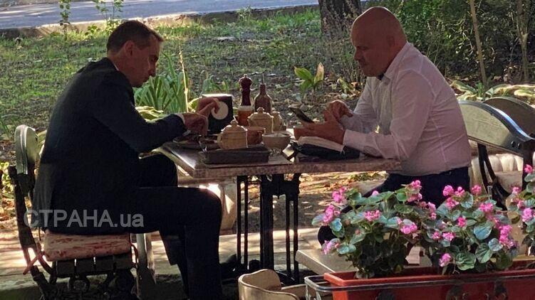 Радуцкий и Ляшко выбрали столик на летней террасе