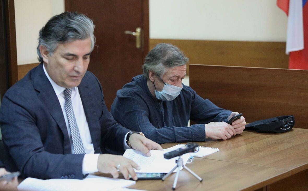 Михаил Ефремов с адвокатом Пашаевым.