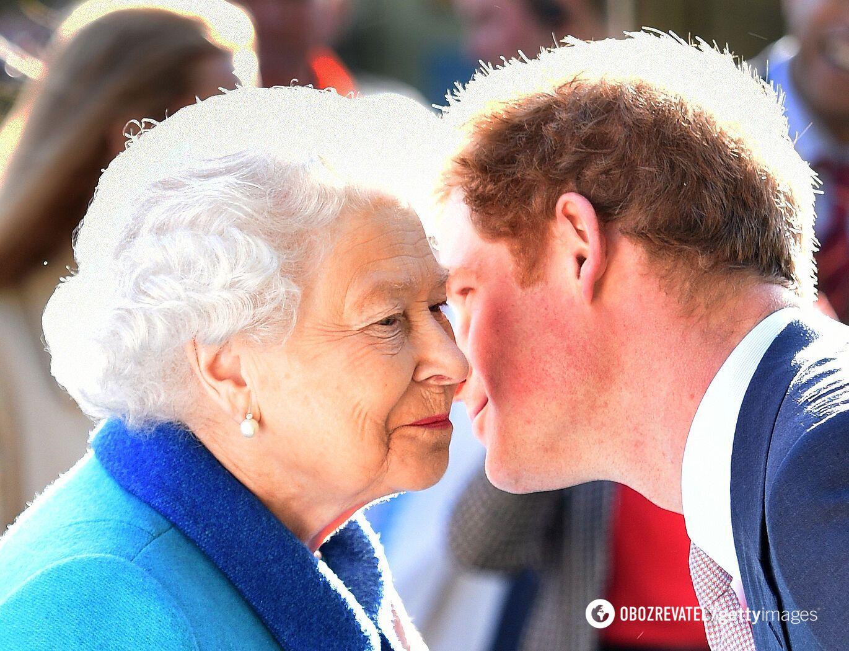 Принц Гаррі та королева Єлизавета II.