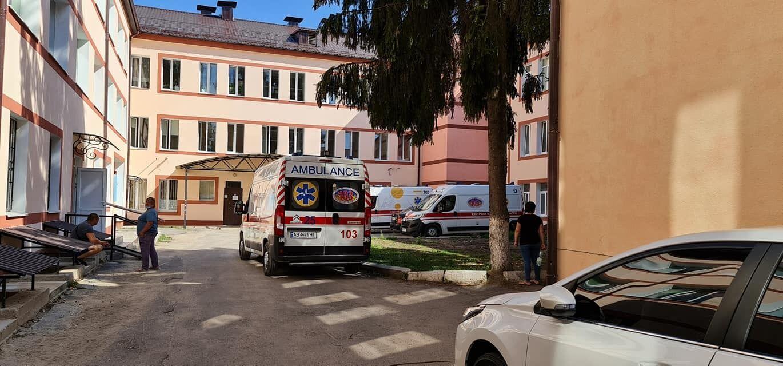 Очереди скорых под Винницкой центральной районной больницей.