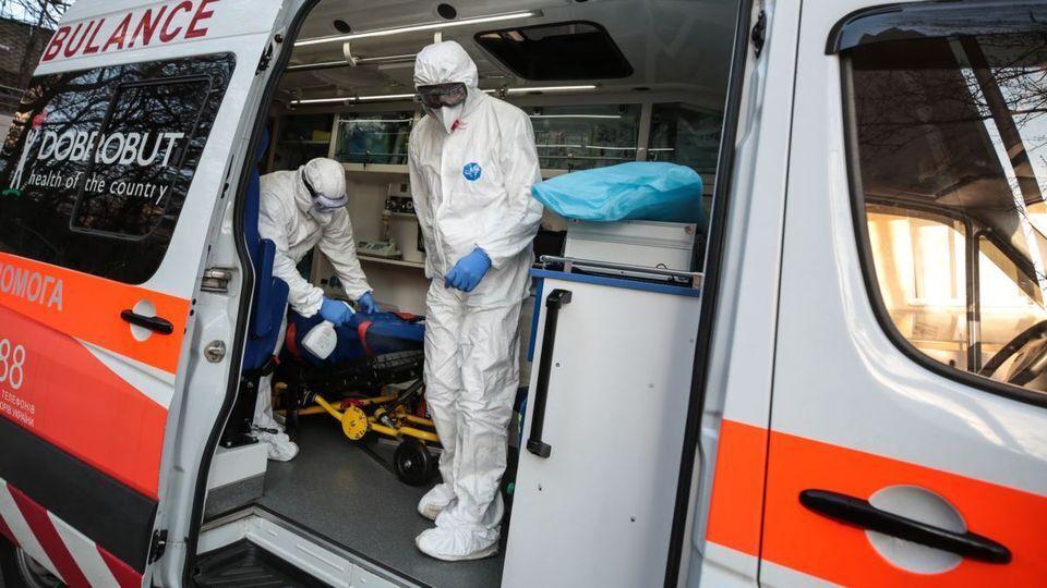 В Тернополе скорые не успевают справляться с потоком пациентов с коронавирусом.
