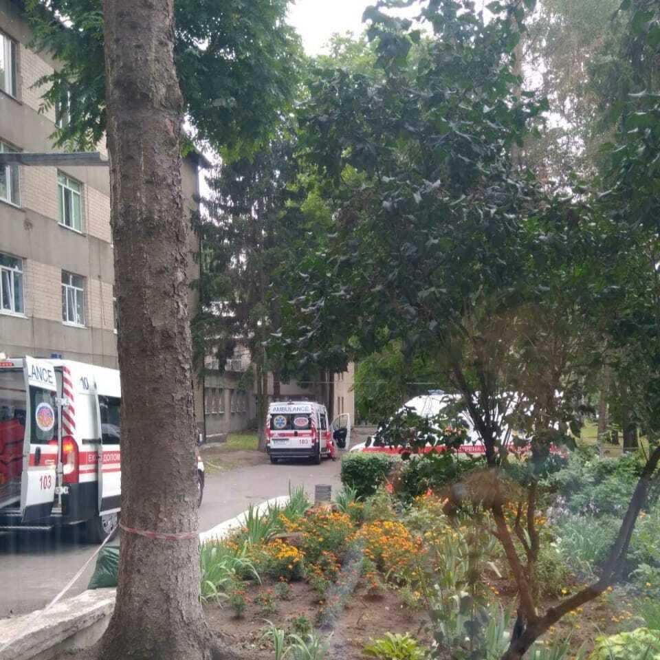 Скопление скорых под медучреждением в Виннице.