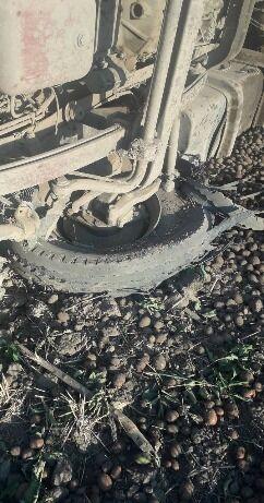 У вантажівки лопнуло переднє колесо.