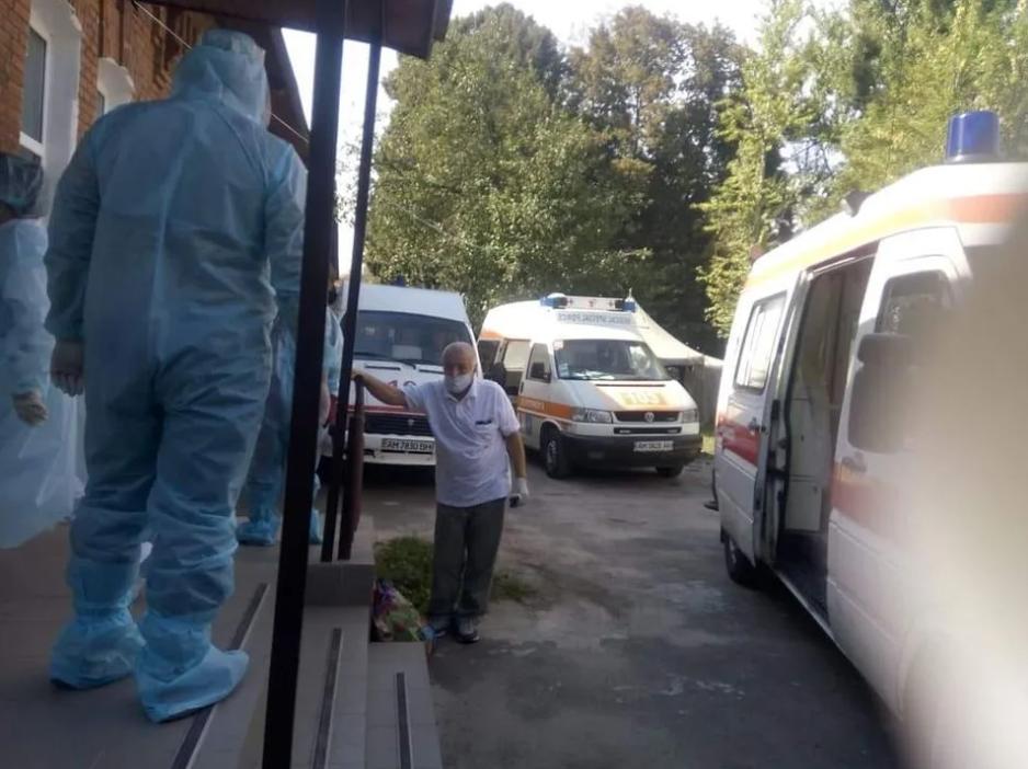 Черга швидких під лікарнею в Житомирі.
