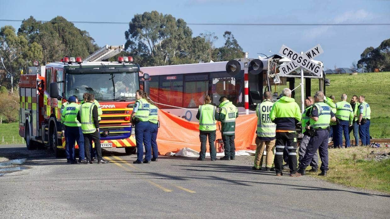 Поезд врезался в центр автобуса в Новой Зеландии.
