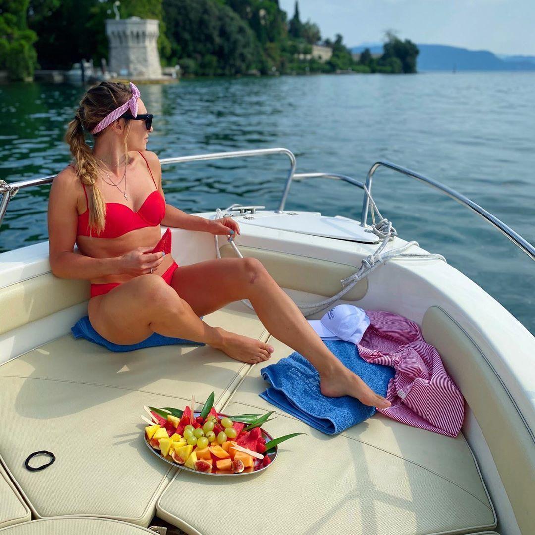 Доротея Вирер в красном купальнике