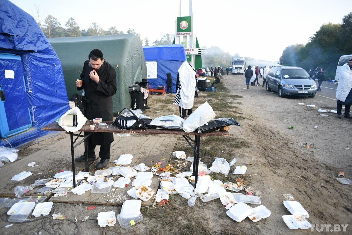 В лагере хасидов образовалось много мусорв.