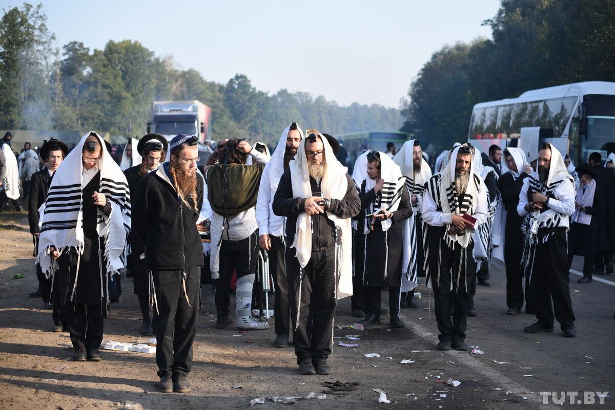 Утренняя молитва хасидов на границе с Украиной.