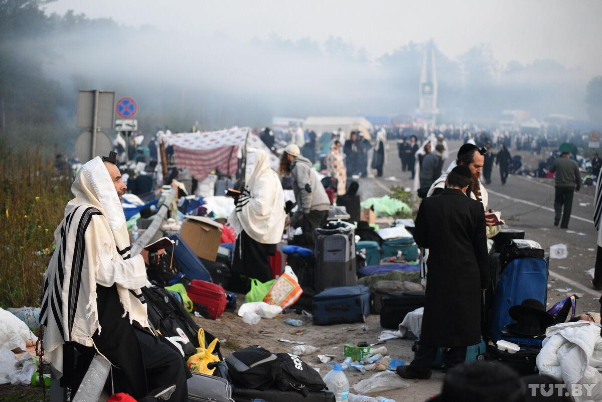 После ночи в лагере хасидов остались горы мусора.
