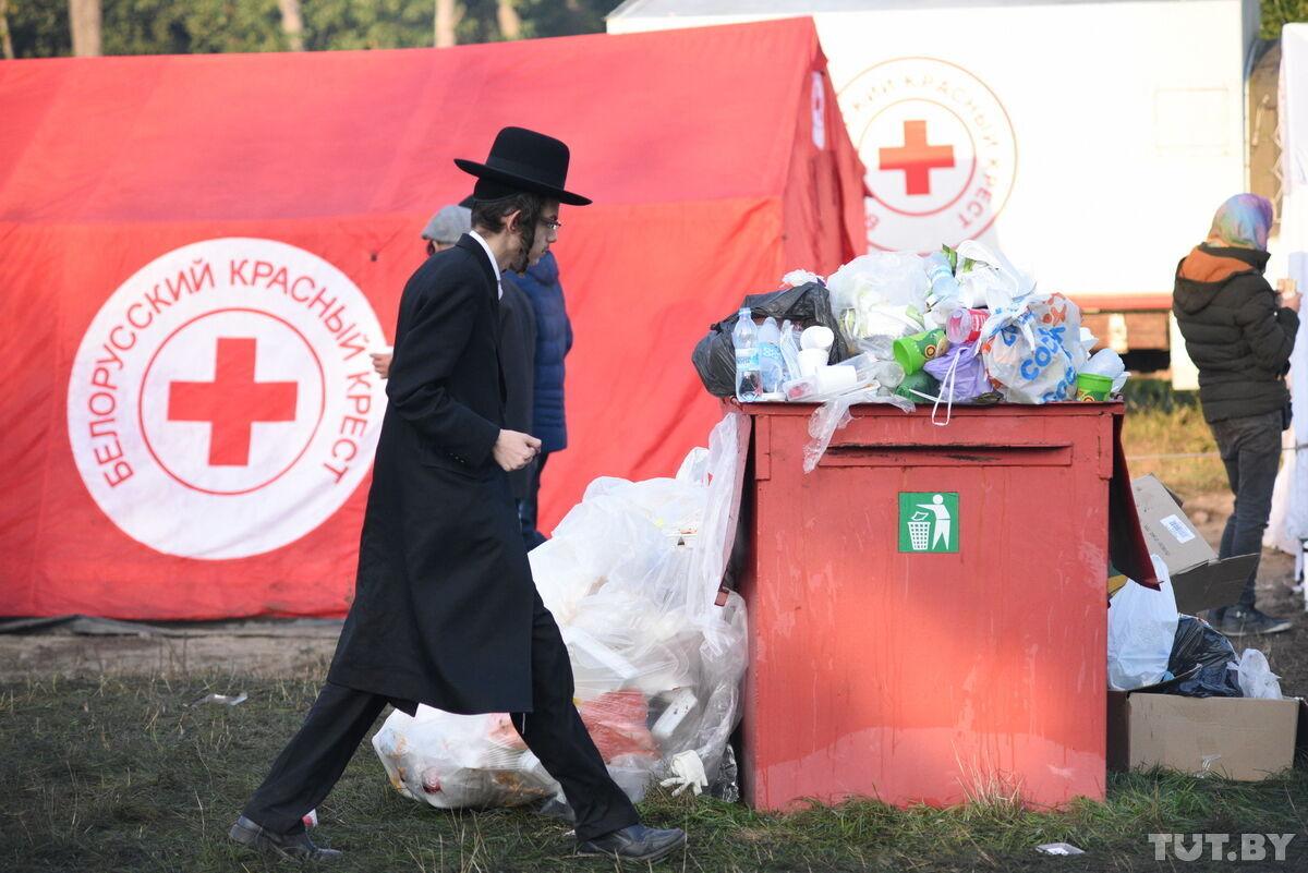 Мусор возле палатки Красного Креста.