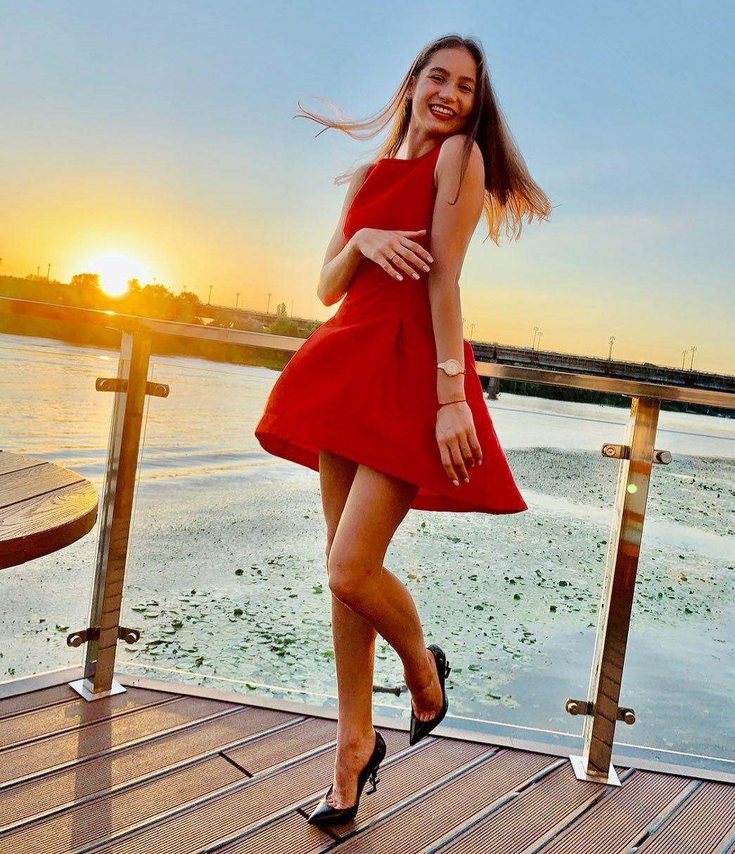 Влада Никольченко в красном платье и на каблуках