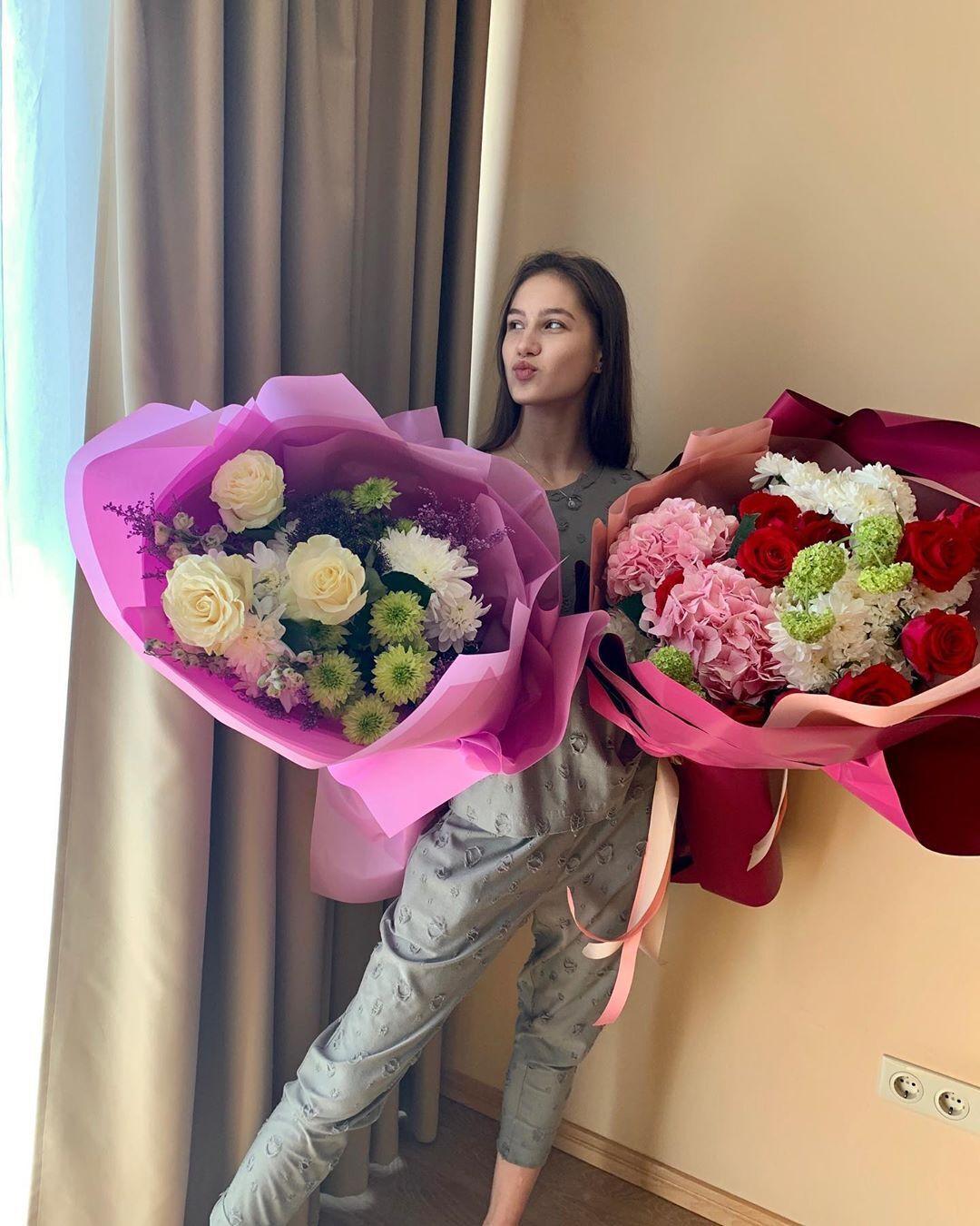 Влада Никольченко и букеты цветов