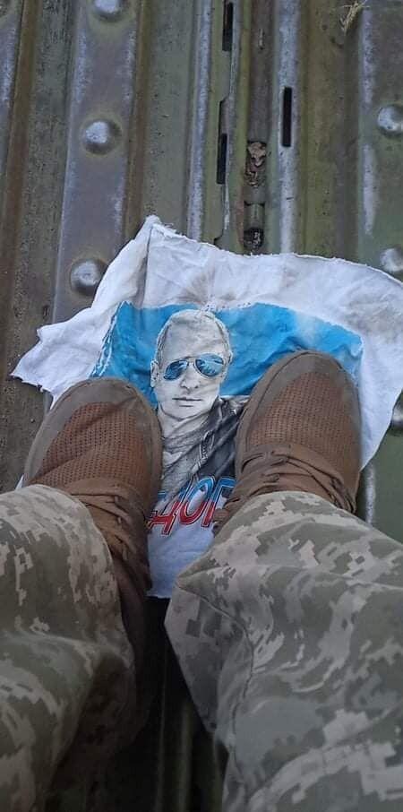 Воины ВСУ уничтожили пропагандистский сувенир.