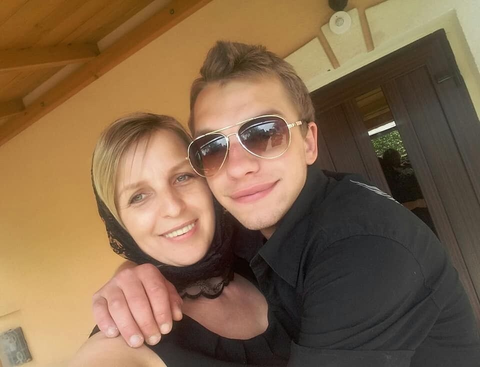 Євген Ткачук з мамою.