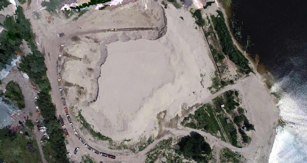 Несмотря на то, что забрать участок у компаний Комарницкого и Кучера прокуратура пытается через суд, они продолжают вывозить незаконно добытый песок