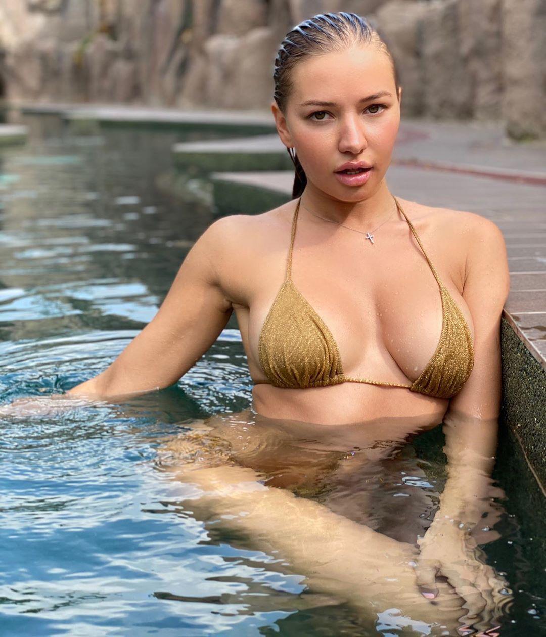Юлія Диметра в басейні