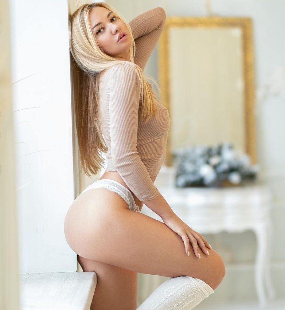 Юлия Диметра в белом белье и гетрах