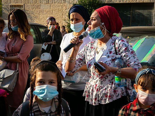 Родные хасидов, застрявших на границе с Украиной, устроили митинг у дома главы МВД Израиля.