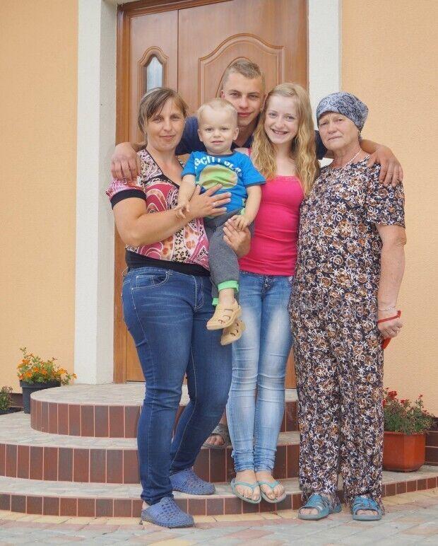 Погибший Евгений с мамой, сестрой, братиком и бабушкой.
