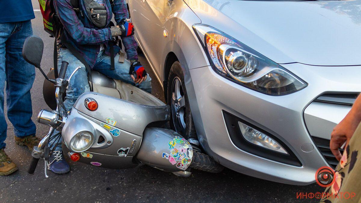 Скутер врезался в Hyundai на перекрестке.