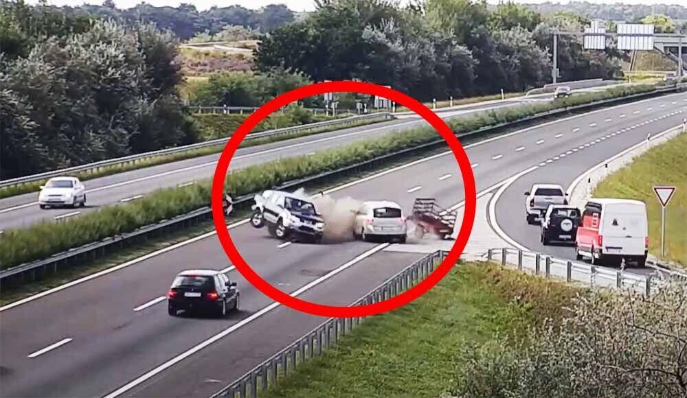 Очень странный маневр водителя обернулся аварией.
