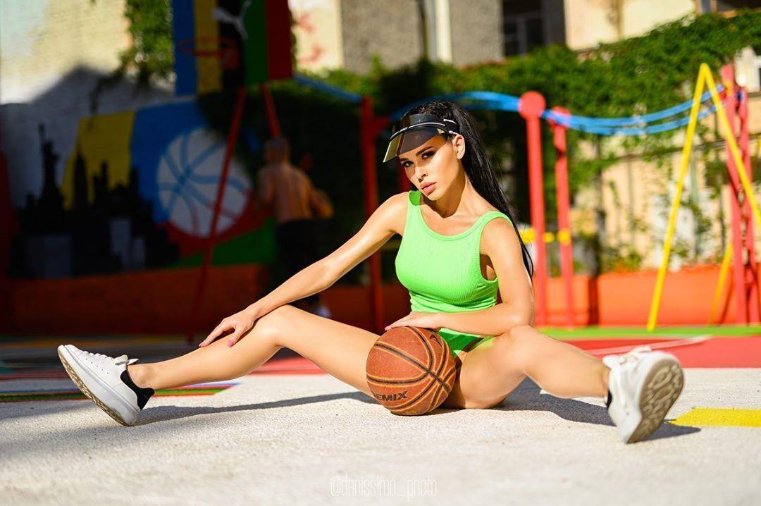 Ніна-Вільтрауд Крохмалюк поклала баскетбольний м'яч між ніг