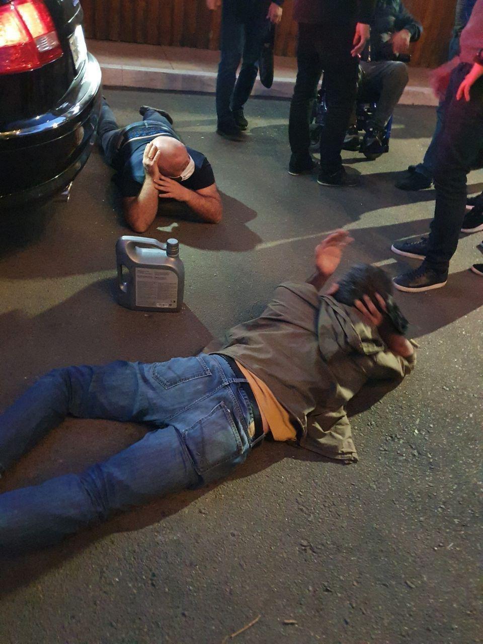 В результате стрельбы пострадали два человека.