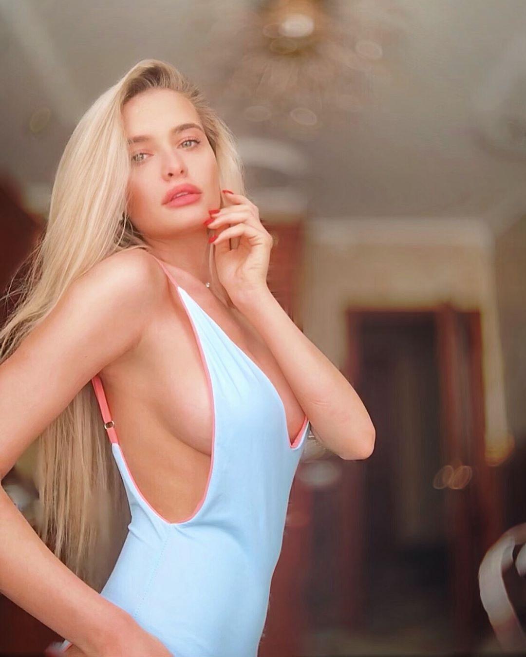 Ольга Каленчук выразительно смотрит в камеру