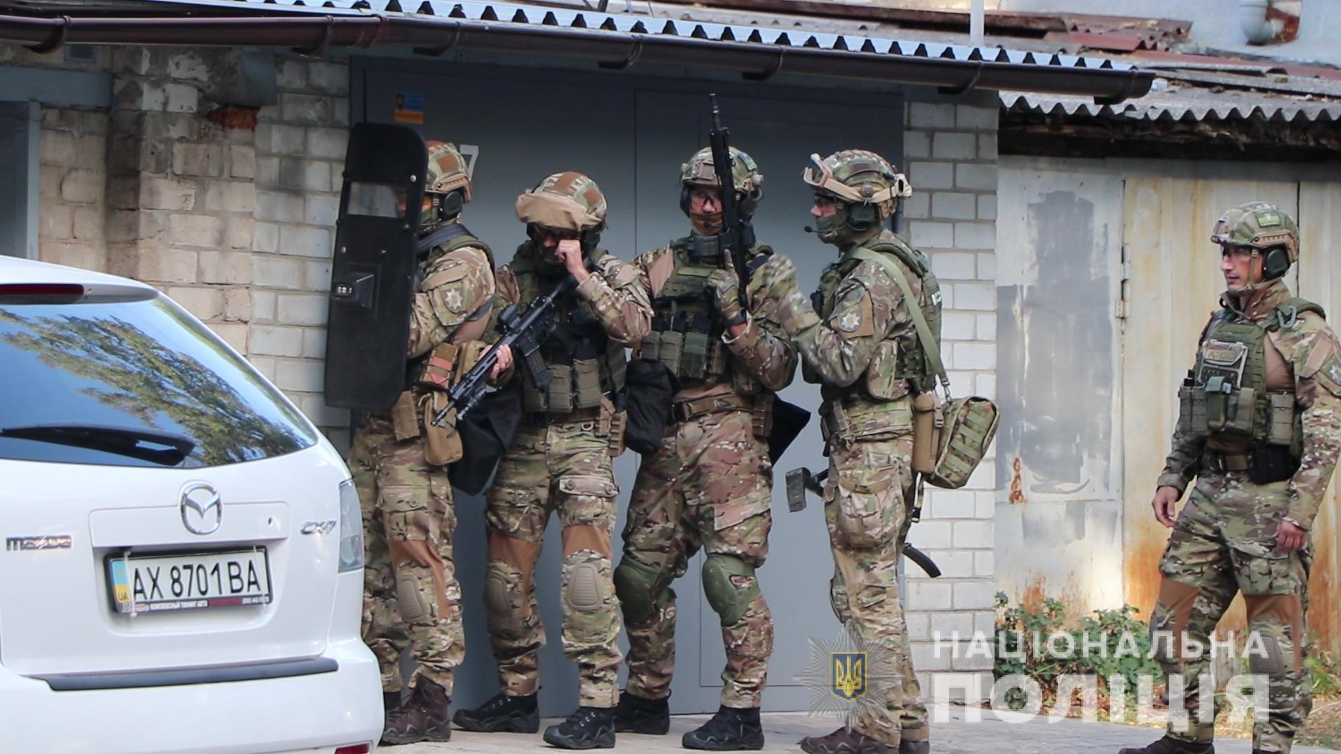 На просьбы полицейских открыть дверь гаража мужчина никак не реагировал.