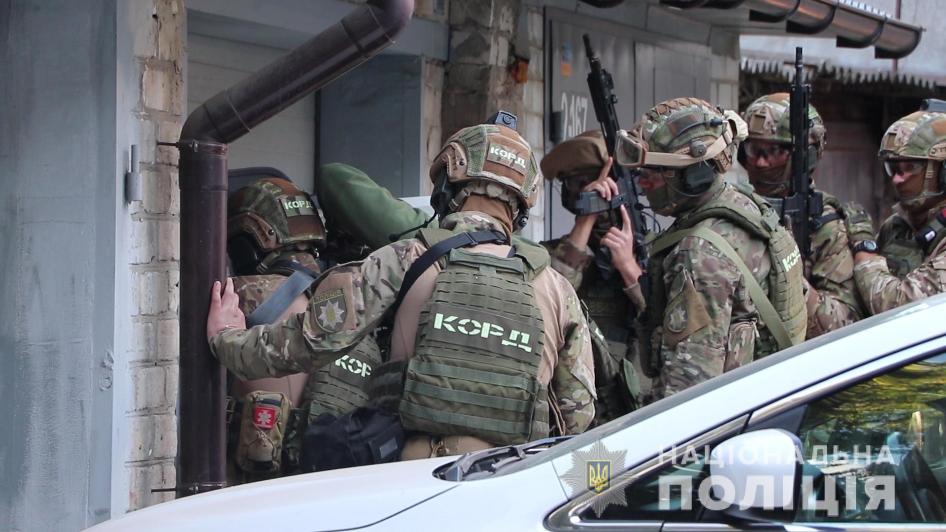 Спецназовцы проникли внутрь помещения.