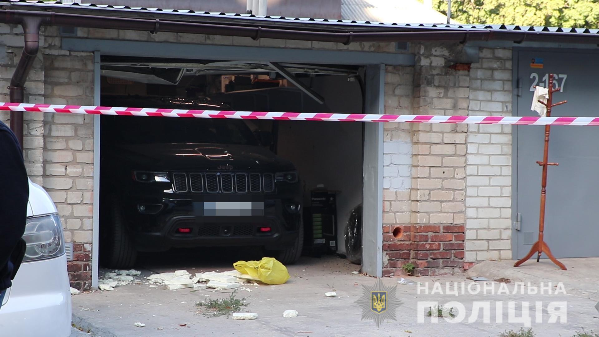 На заднем сидении авто обнаружили тело хозяина гаража.