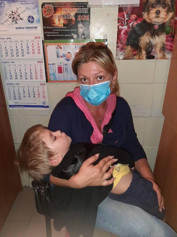 Сотрудник службы по делам детей Ирина Прокопенко с мальчиком