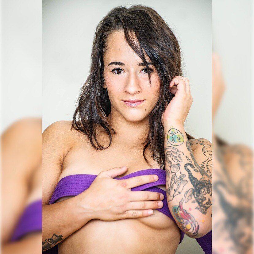 Алиша Заппителла приоткрыла грудь