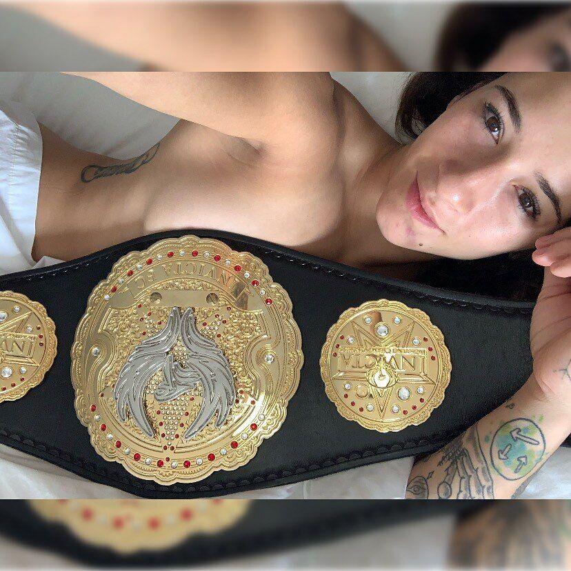 Аліша Заппітелла з чемпіонським поясом