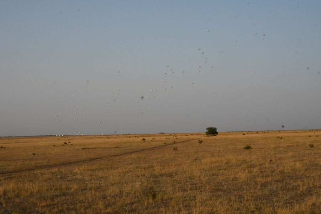 """В Николаевской области десантировались украинские и британские военные в рамках учений """"Объединенные усилия - 2020""""."""