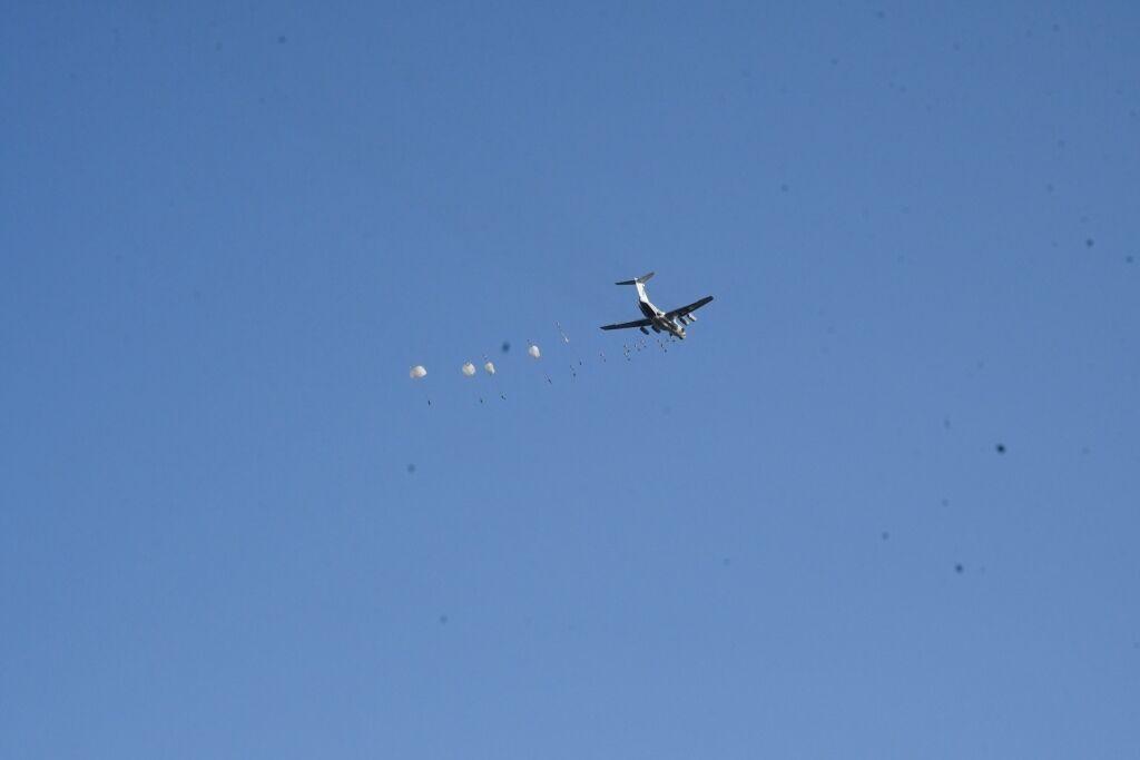 В ходе учений воздушный десант, тяжелое пехотное вооружение и технику сбрасывали с военно-транспортных самолетов.