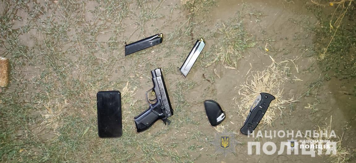 Преступники приехали собирать урожай с пистолетами.