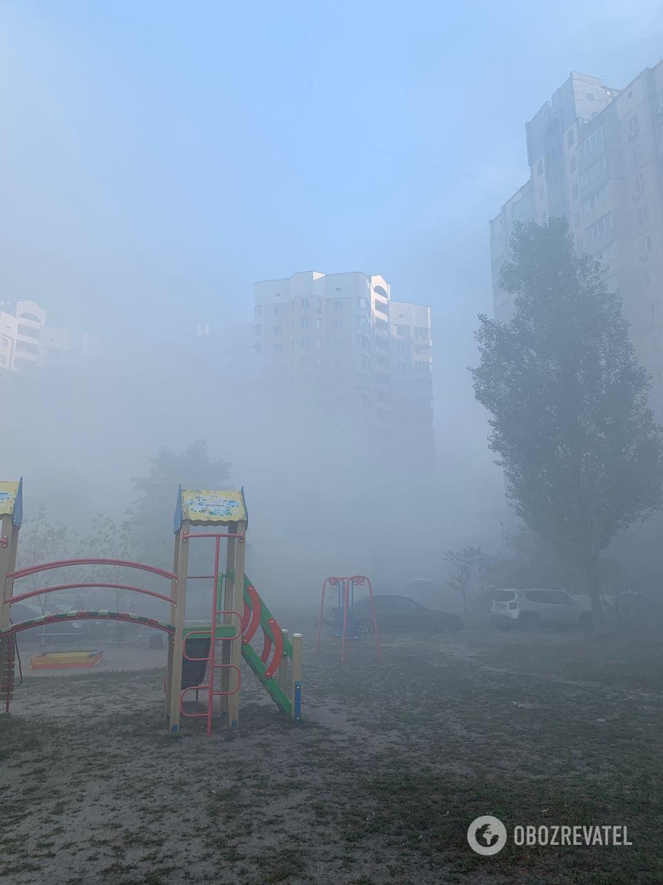 Дым и туман на Позняках в Киеве