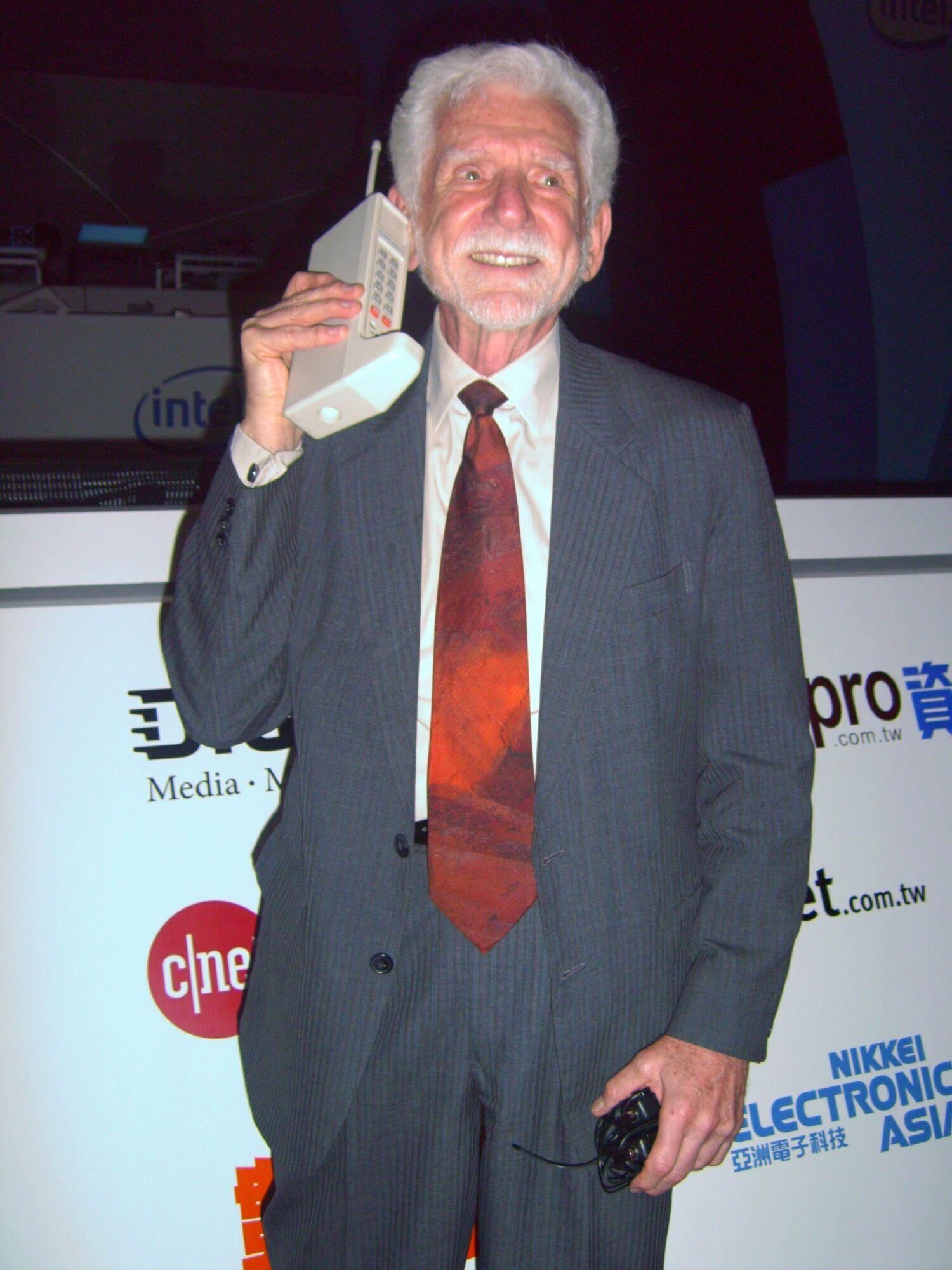 Первый мобильный телефон создал изобретатель из Motorola Мартин Купер