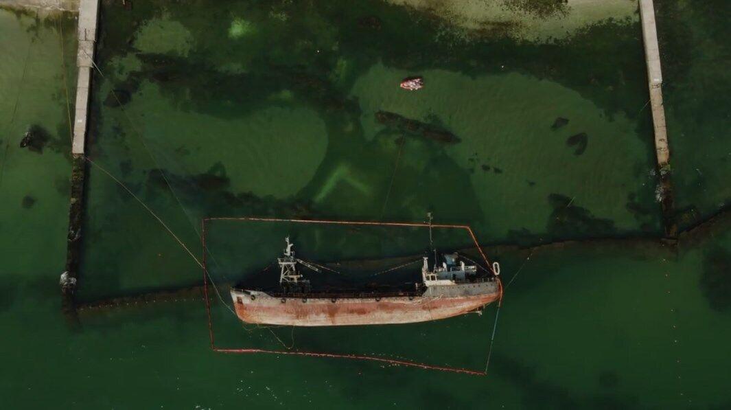 """Перед подъемом танкера """"Делфи""""."""
