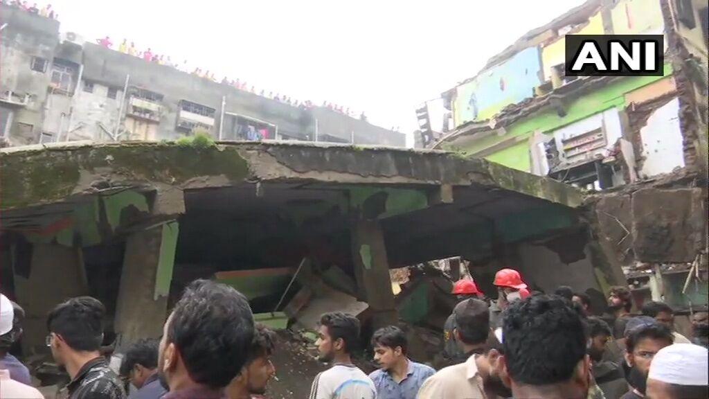 Под завалами оказались десятки людей.