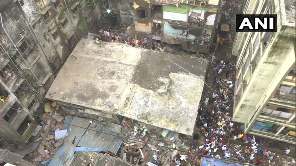 В Индии рухнул дом с людьми.