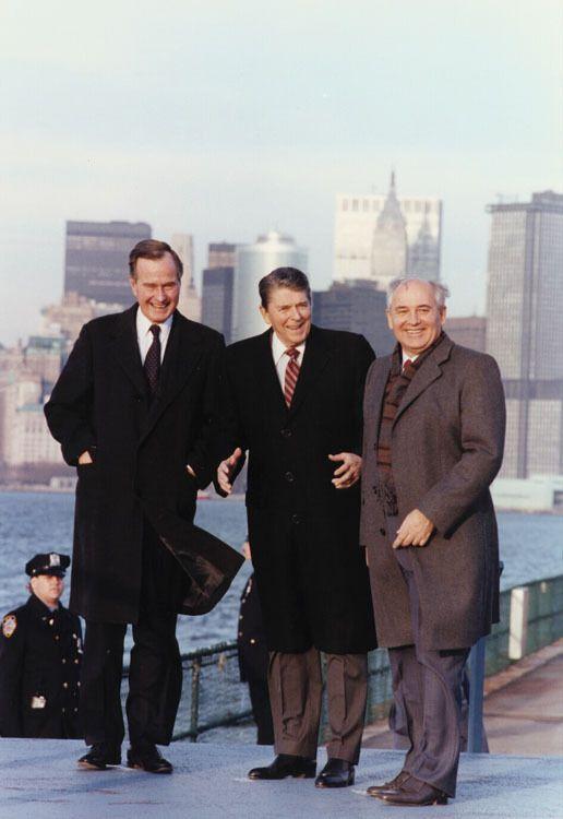 Михайло Горбачов, Рональд Рейган (у центрі) і Джордж Буш (ліворуч) на прогулянці по острову Говернорс-Айленд під час візиту Горбачова в США, 1988 рік
