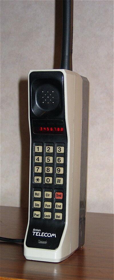 Первый мобильный телефон назывался Motorola DynaTAC 8000X